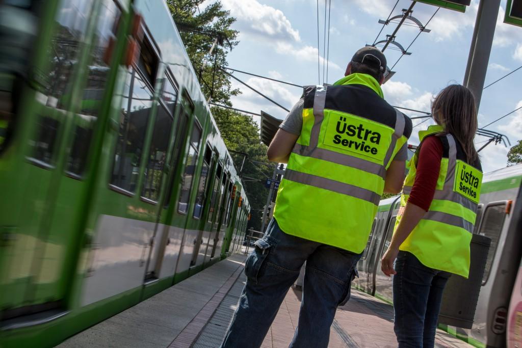 üstra Servicemitarbeiter geben Auskunft, wenn ein Schienenersatzverkehr eingerichtet werden musste.