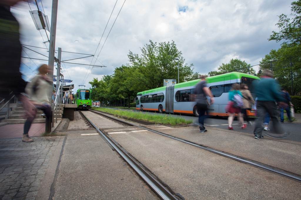 Die Fahrgäste wechseln von einer Bahn in den bereits bereitstehenden Ersatz-Bus.