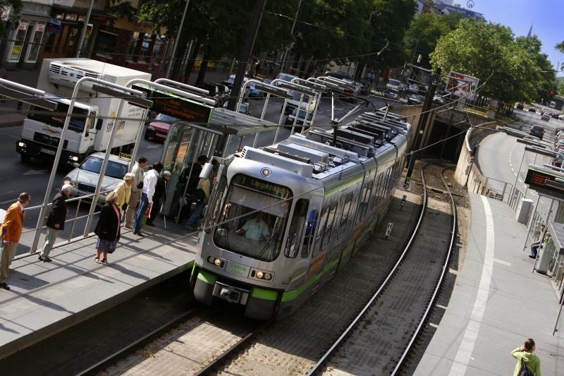 So sieht nun die Stadtbahn aus – ein TW 2000 mit dem, was die Stadtbahn ausmacht: Eigene Haltestelle, eigene Trasse und Tunnel
