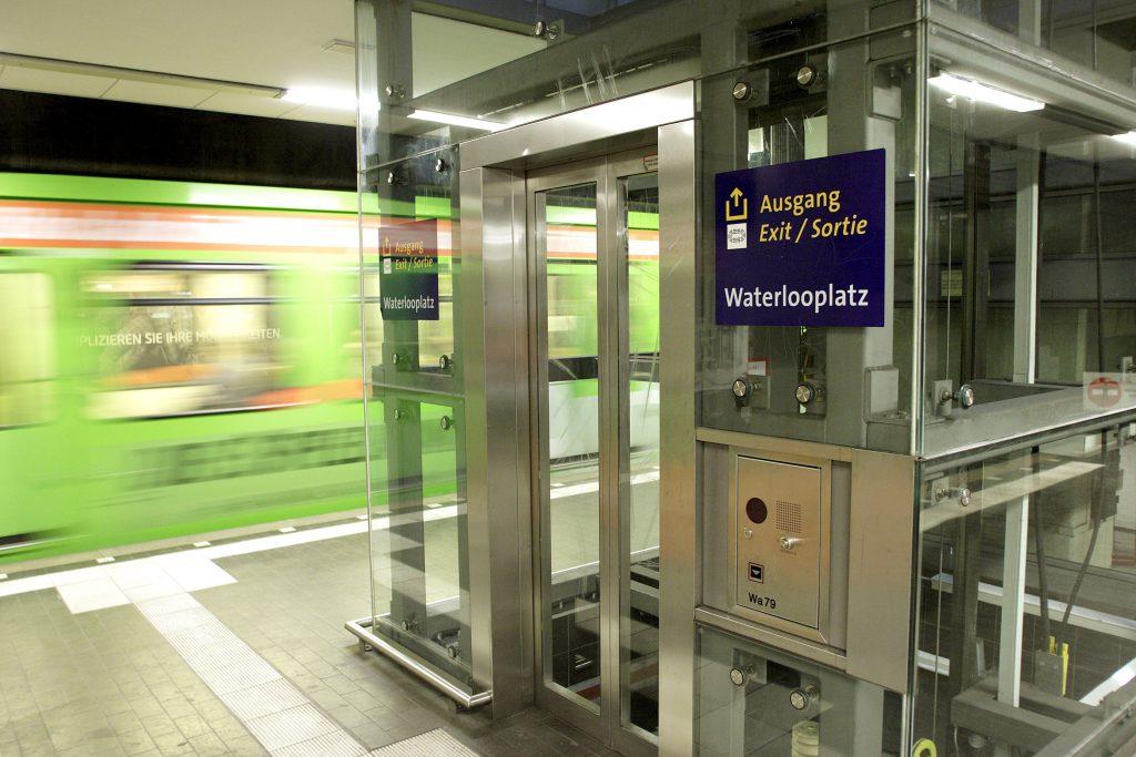 Belastungsprobe: An Spieltagen von Hannover96 gehen die Aufzüge an ihre Grenzen. (Foto: Florian Arp)