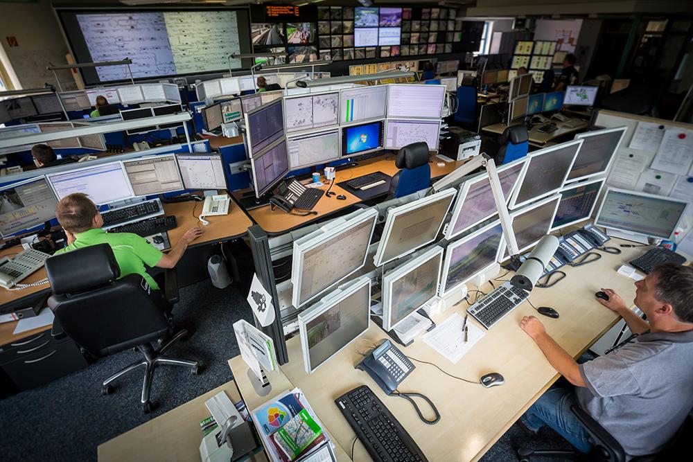 Der Mitarbeiter an der Schaltwarte hat einen Überblick über sämtlichen technischen Anlagen der üstra, z.B. die Fahrtreppen, Aufzüge, Oberleitungen oder Lichtsignalanlagen.